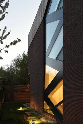 Ventilated facades and planned, gradual transitions between opaque and transparent surfaces run across the exterior