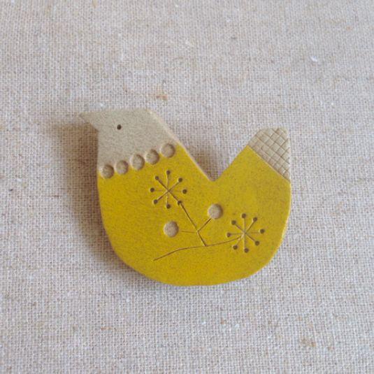 ハンドメイドマーケット minne(ミンネ)| 黄色いトリ・ブローチ