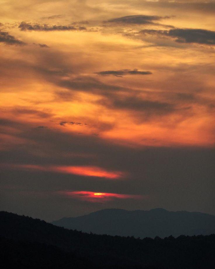 [landescape]   Non è possibile stare una settimana senza una foto del tramonto sarei incompleto.       { #sunset }       -
