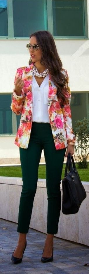 Floral blazer, pearls and a chic purse: the perfect combination for perfect fashion!
