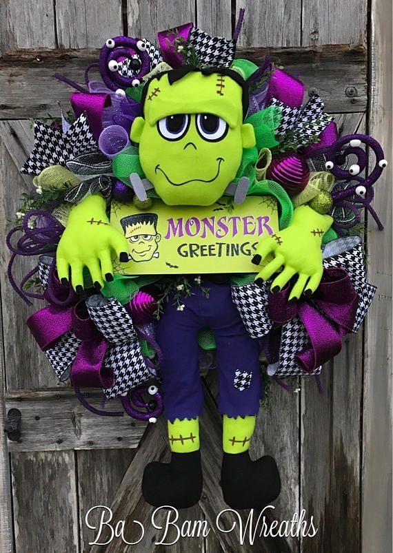 Guirnalda de Monster Monster Halloween guirnalda, decoración Halloween, Halloween guirnalda, guirnalda de otoño, otoño decoración, la puerta de Halloween colgando, la puerta de Halloween Bienvenida de monstruos ¡Bienvenido su truco o el tratamiento con una gran bienvenida de monstruos! Tal una corona de diversión se trata con un montón de detalles: malla pelado verde/negro, verde, blanco y negro malla rizos, aerosoles de remolinos de globo ocular, diseño cintas con patrón púrpura y Arl...