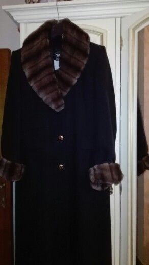 Un cappotto nero e la sua trasformazione, grazie alla trovata di un collo, a cui, stavolta, aggiungiamo i manicotti. Per una serata importante, per una festa d'autore, o solo per sentirsi #donneluce.