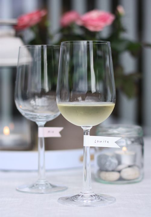 sweet washi tape flags to personalize wine glasses . Konfetti