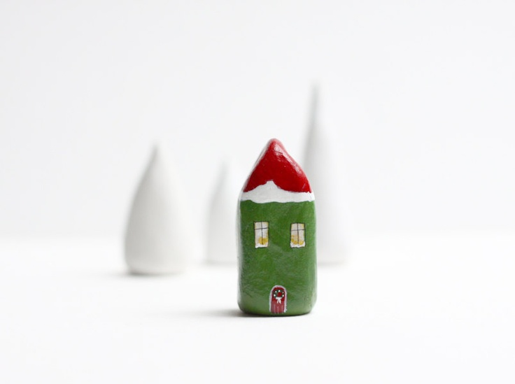 Etsy Transaktion - Little green and red Christmas clay house