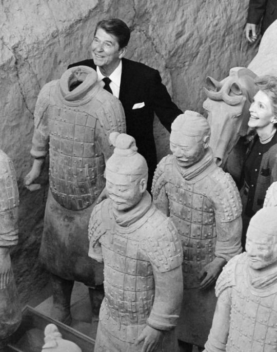 Ronald Reagan posing with a headless Terracotta Warrior, 1984