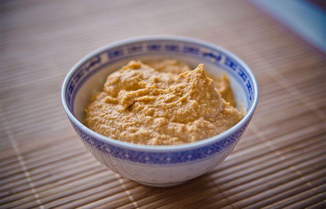 Få den lynhurtige og lækre opskrift på hjemmelavet hummus. Du kan have spiseklar hummus om 10 minutter hvis du starter nu!