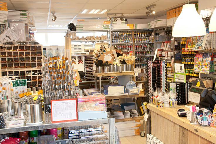 Hobby- en kunstschildersmaterialen winkel ingericht met stellingkasten