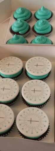 Cupcakes with invitation motive topper