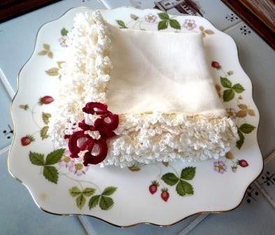 花嫁をイメージしたリトアニアリネンのハンカチです。周囲にあしらった白いカーネーションのレース編みは、トルコの伝統レース、オヤと呼ばれるもので、角にはチューリッ...|ハンドメイド、手作り、手仕事品の通販・販売・購入ならCreema。