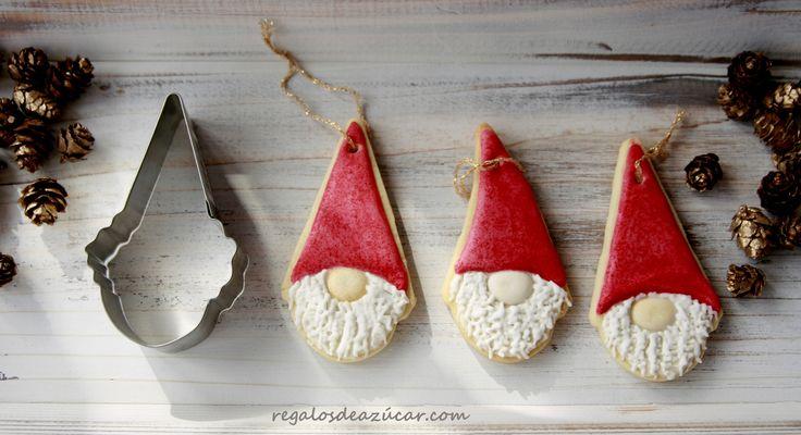 Galletas de gnomos para adornar el árbol de Navidad. Como utilizar cortadores de galletas para diferentes figuras.  Gnomes cookies, decorated cookies for Christmas,  http://regalosdeazucar.blogspot.com.es/2015/12/galletas-navidad-o-como-dar-otro-uso.html