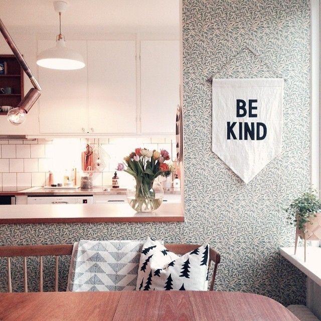 Instagram media bloggaibagis - Bild 2/3. Det går sakta men säkert @smileythecat @hemmalandet ☺️ Vårt #kök sett från matplatsen. Nu har vi äntligen fått tillbaka köksluckorna och prytt dom med tjusiga mässingknoppar. Egentligen vill jag ta öppna upp och ta bort bardelen, men det får vänta /// Our #kitchen after a mini makeover.