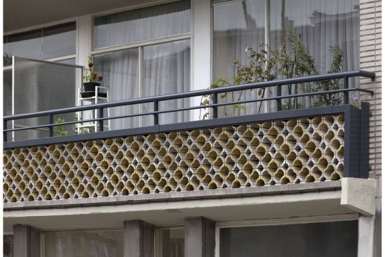 Roval | Specialist in aluminium bouwproducten voor dak & gevel. Roval | Specialist in aluminium bouwproducten voor dak & gevel. Renovatieproject in Antwerpen waar de balkons voorzien zijn van fraaie aluminium muurafdekker met balusters (dubbele railing). Duurzaam en onderhoudsarm.