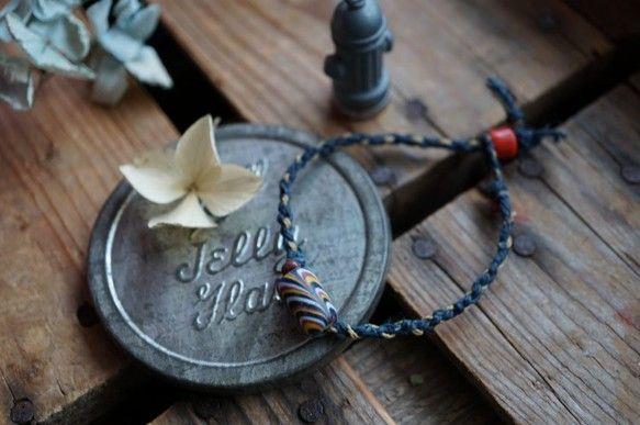 ジャワビーズ、ナガ族オールドビーズ、ヴィンテージガラスビーズを使った、シンプルな中にもスパイスの効いたブレス。紐はネパールヘンプに強度のある蝋引き紐を混ぜて四...|ハンドメイド、手作り、手仕事品の通販・販売・購入ならCreema。