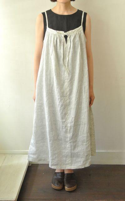 No.111キャミソールロングドレスセット    とても簡単に作れる、ソーイング初心者の方におすすめのキャミソールドレス。  身長が162cmくらいの方がくるぶし丈になるようなロングドレスです。  丈は身長とお好みにあわせてアレンジしてください。  Tシャツやブラウスと合わせたり、カーディガンを羽織ったり、いろいろな着こなしが楽しめそうです。  サイズ:SML     着丈  S132cm M133cm L134cm   胴回り  S:140cm M:146cm L:152cm    セット内容 w110cm:Jaリネンプリント黒ストライプ白 2.7m +型紙    photo  [E03302-C03-S01] No111キャミソールロングドレスセット  LP-B  (N0111Long Camisole-set)    ●リネンP 黒ST  価格 (JPY) : ¥5880    Sold Out  made in japan  (C)LINNET