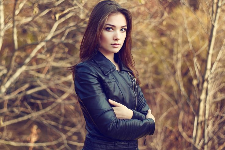 Portrait of young beautiful woman in leather jacket - Portrait of young beautiful woman in leather jacket. Fashion photo