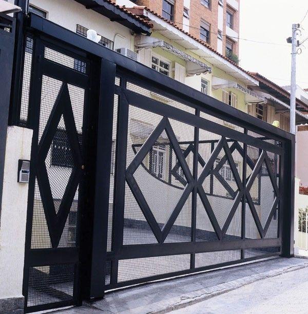 Os portões de garagem de madeira são todos fabricados a partir madeiras secas em estufas, isso fornece a garantia de máxima qualidade do material utilizado.
