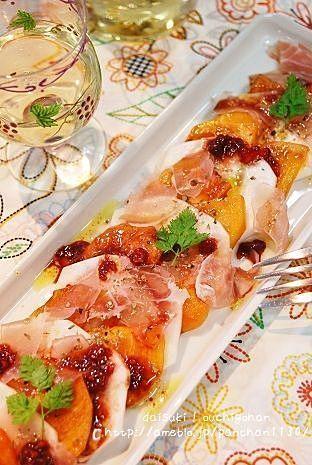 秋になると柿がたくさん出まわるようになります。そのまま食べても甘くておいしい柿。実はサラダにしてもすごくおいしいんです。すっごく甘い柿はそのまま食べて、ちょっと甘みが少ないかなという柿はサラダに使うなんて使い分けもいいかも。柿入りサラダを知ってしまったら、普通のサラダでは物足りなく感じちゃうかもしれませんよ。定番料理になること間違いなし!ぜひ一度柿入りサラダをお試しあれ。