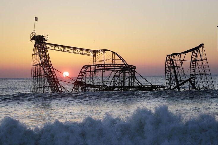 """IlPost - Seaside Heights, New Jersey, Stati Uniti  - I resti delle montagne russe Jet Star, una delle attrazioni principali del parco divertimenti """"Casino Pier"""", a Seaside Heights nel New Jersey, fotografate il 25 febbraio 2013: le giostre vennero gettate in mare per intero dall'uragano Sandy il 29 ottobre 2012. (AP Photo/Mel Evans, File)"""