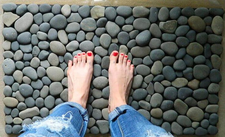 Como fazer Tapete de Pedras - É uma das sensações mais relaxantes - Dicas de VÓ #Artesanato #tapetedepedras https://www.portaldicasdevo.com.br/artigo/como-fazer-tapete-de-pedras-e-uma-das-sensacoes-mais-relaxantes