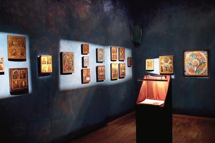 lejne sale Muzeum Ikon urządzonego w prawosławnym moasterze w Supr