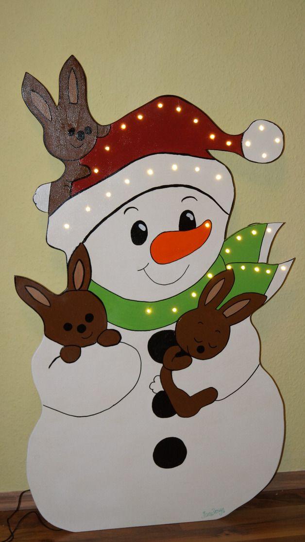Schöner Aufsteller aus Holz in Form eines Schneemannes mit 3 niedlichen Häschen. Verziehrt ist der Schneemann mit einer 35-fachen LED Lichterkette. Dieser Schneemann sieht toll als Dekoration...