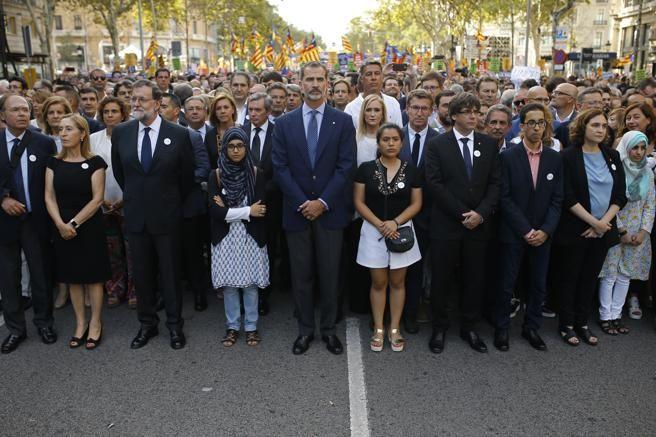 El Rey Felipe VI, Mariano Rajoy y Carles Puigdemont en la manifestación contra el terrorismo