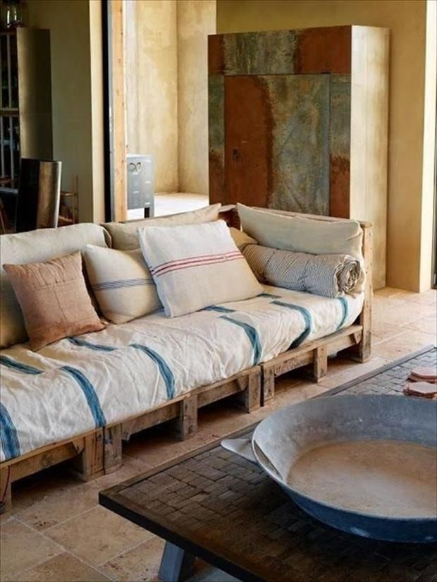 Pallet couch! recycled furniture http://www.havven.com.au/inspiration/100-uses-for-reclaimed-pallets/