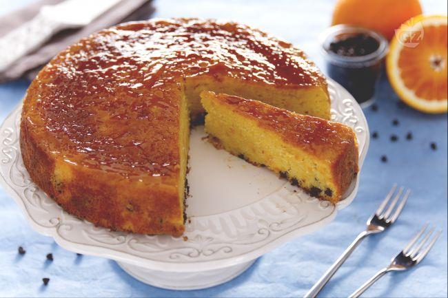 Il pan d'arancio è un dolce dall'intenso sapore di arancia. E' una torta rapida da fare, con tutti gli ingredienti frullati insieme nel mixer.