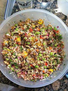 Ensalada de quinoa con mango, coco rallado, almendras, cebolla y pimiento rojo