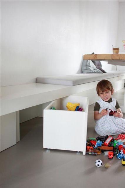 Interieurinspiratie en interieuridee voor inrichting peuterspeelzaal, creche, kinderdagverblijf, kdv | Bak weggewerkt onder speeltafel & zitbank | Interieuradvies | Projectinrichting |