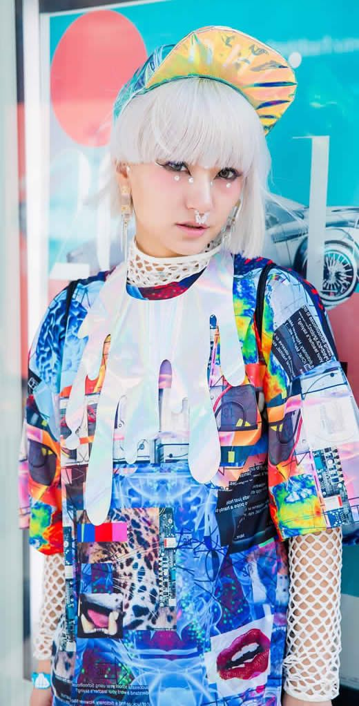 Loving the print and the necklace here. An explosion in a paint factory in all the best ways.  Japanese street style