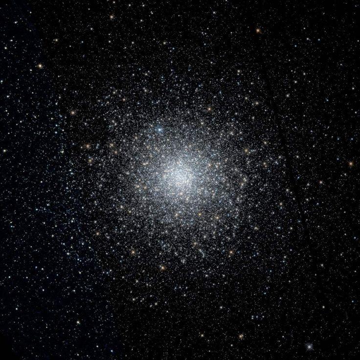 Los objetos Messier: M75 (Messier 75) es un cúmulo globular en la constelación de Sagitario. Es conocido por ser uno de los cúmulos con la mayor densidad de estrellas, se encuentra a 67.500 años-luz de distancia de la Tierra y tiene una luminosidad equivalente a la de 180.000 soles. #astronomia #ciencia