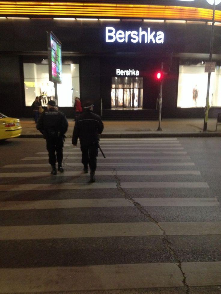 Un polițist local însoțit de un alt polițist traversează pe roșu vineri seara, în București, în fața magazinului Unirea. FOTO Adevărul