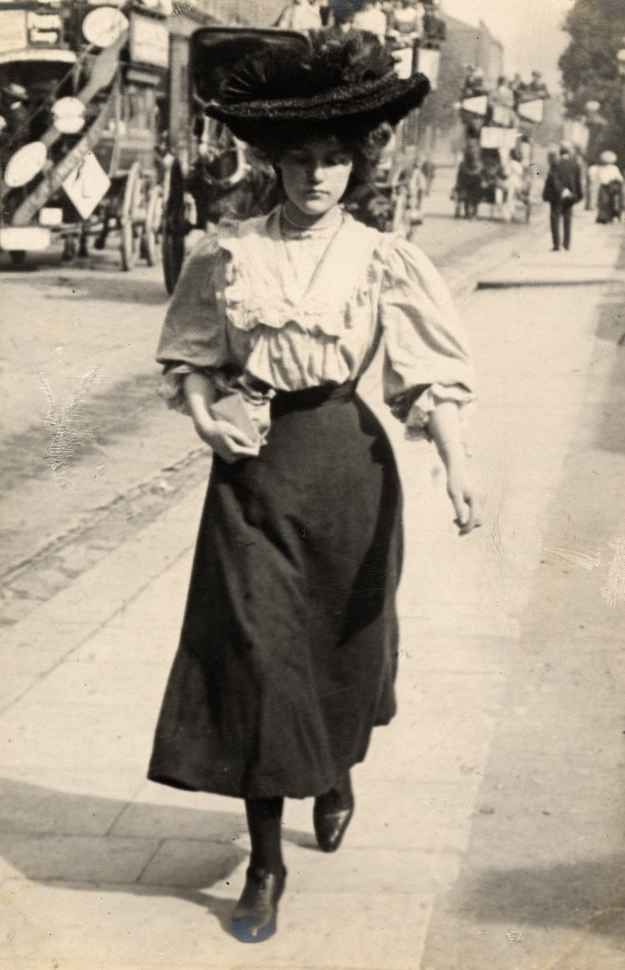 Another popular trend: ridiculously large hats. | 13 Photos Of London Street Style From 1905-1908