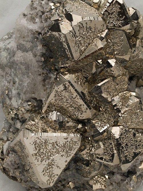 #Pyrite sur #Cristal:(www.facebook.com/GRAINE.DE.MARIN)