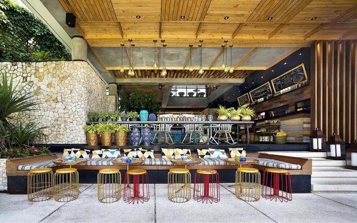 Bar café en plein air sur la terrasse couverte du restaurant Lemongrass