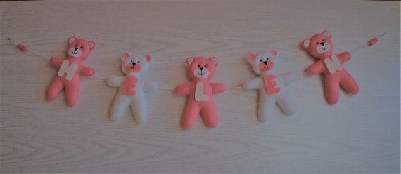 Garland niedźwiedzie.  Filc niedźwiedzie.  Niedźwiedzie zawieszenie.  Imię dziecka.  Udekorować niedźwiedzi.  Opatrzone różowy i biały.