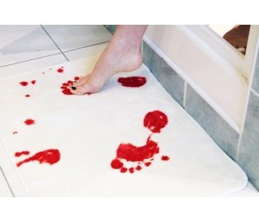 Tapis de bain sanglant pour effrayer tous ceux qui sortent de la douche !