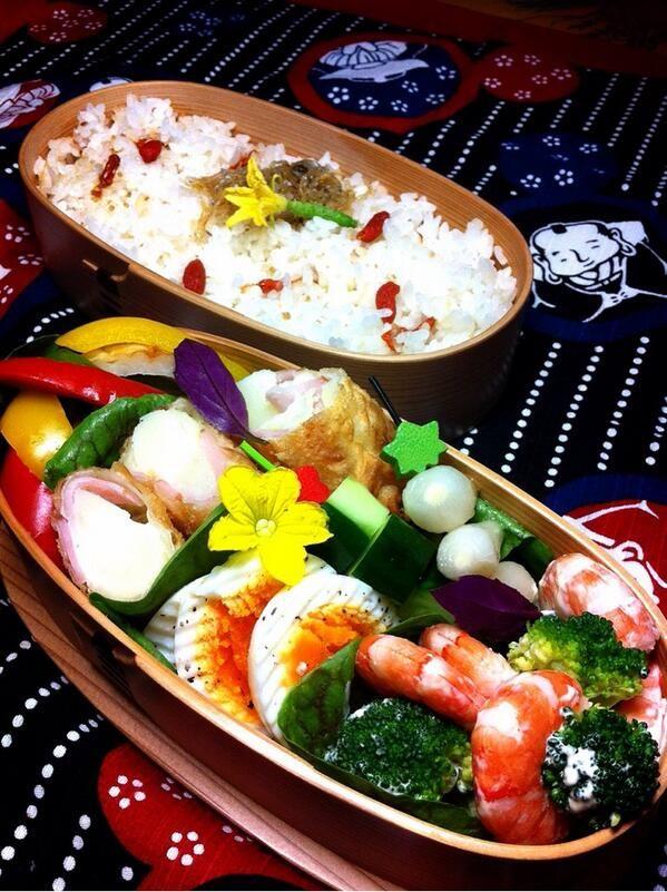 posted from @okukatu1130 おはようございます小雨の日のお弁当できました。クコの実ご飯、ポテトとハムの春巻き、ちくわとパプリカの麺つゆ浸し、自家製らっきょう等〜(^^) #お弁当 #obentoart #わっぱ弁当