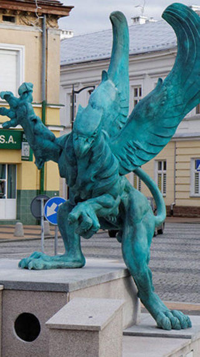 Tuż przed wigilią na rynku w Mielcu stanął gryf. Rzeźba ta nawiązuje do herbu rodu Mieleckich, założycieli miasta. Choć projekt figury wybrali sami mieszka...