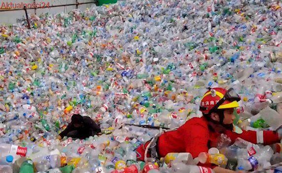 Tonął w olbrzymim stosie plastikowych butelek. Na ratunek ruszyli strażacy