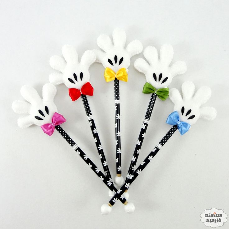 Ponteira de lápis ou caneta decorada com a mãozinha do mickey feito em feltro bordado à mão.