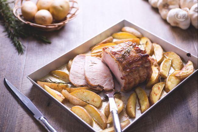 L'arista di maiale arrosto è un classico secondo piatto di carne, servito con delle succulente patate a spicchi.