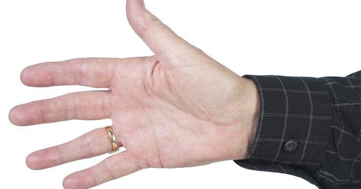 Cómo convertir a una camisa de puño común en una camisa de puño francés. Los puños franceses son diferentes a los puños normales. En vez de que el ojal del puño pase por encima del botón, el puño francés tiene dos ojales y un gemelo. El gemelo actúa como un botón en una camisa normal juntando los dos extremos de la manga. Los puños normales pueden convertirse en puños franceses si tienes una máquina de coser con la que ...