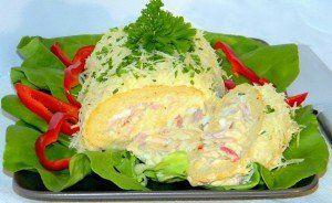 Piskóta rolád majonézes salátával töltve