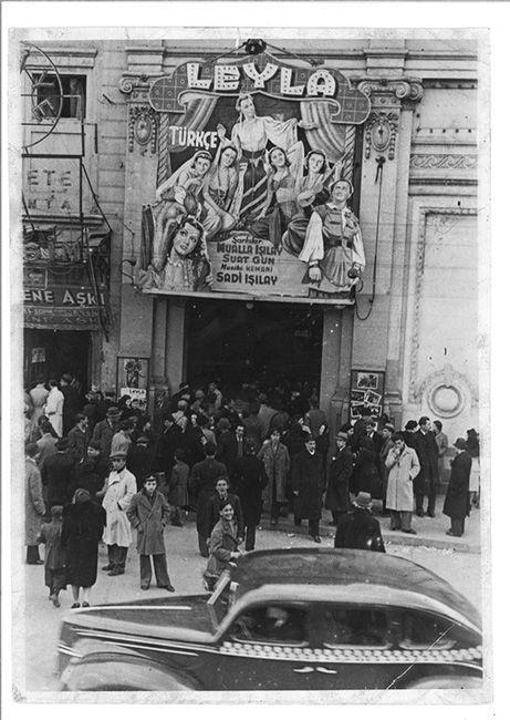 Taksim Sineması'nda Arap filmleri döneminden bir fener. Agâh Özgüç Arşivinden.