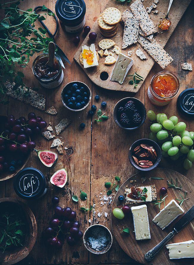 Warum nicht mal seine Gäste zu einer rustikalen Brotzeit bitten? Und einfach mal ungehemmt drauf los schlemmen: Würziger Käse, süße Feigen und Trauben, knuspriges Brot und körnige Kräcker.(Beauty Editorial Food)