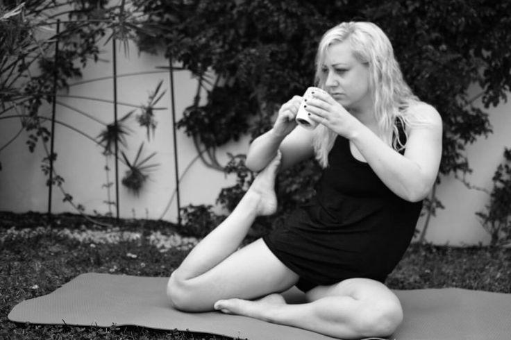 Varför har yoga blivit viktigt för mig? Yoga med kaffekopp i svart vitt.