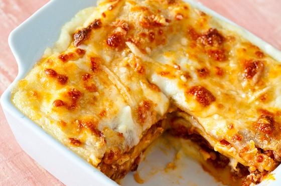 Lasanha tradicional  2 receitas de molho bechamel    2 receitas de molho de soja ou de tomate ou  molho rosé    300g de mussarela fatiada    1 pacote de massa fresca para lasanha    ½ xícara (chá) de queijo parmesão ralado