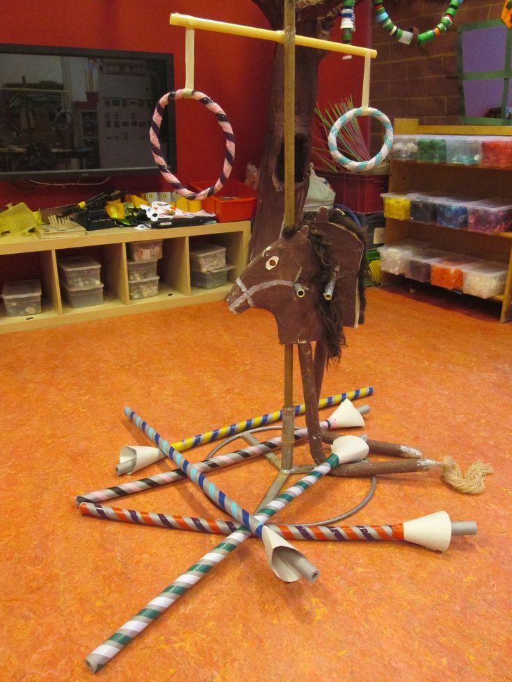 Ringsteekspel voor riddertoernooi. Met de lans op een stokpaard proberen door de ring te steken. Nutsschool Maastricht